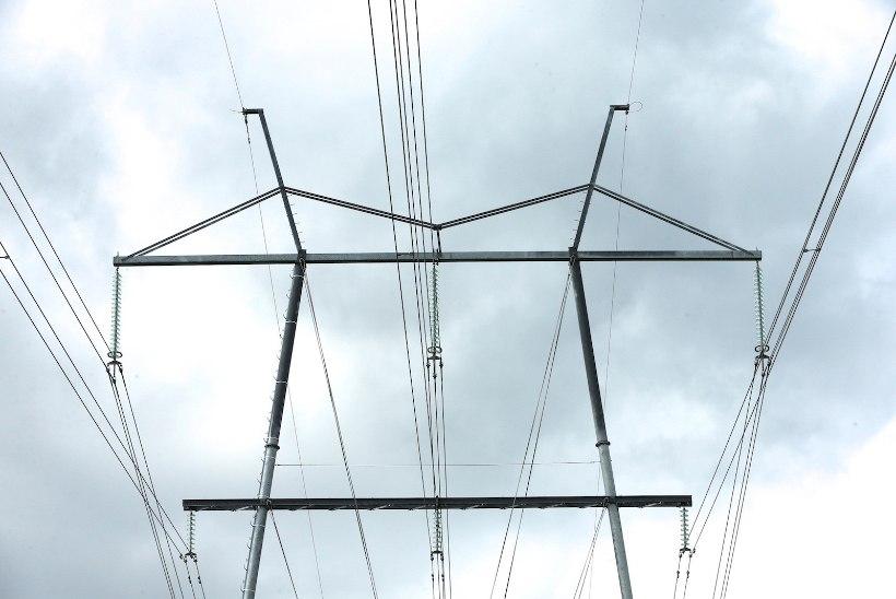 Kõrgepingeliinid lõhkunud langetustraktor jättis Kiili vallas üle tuhande majapidamise elektrita