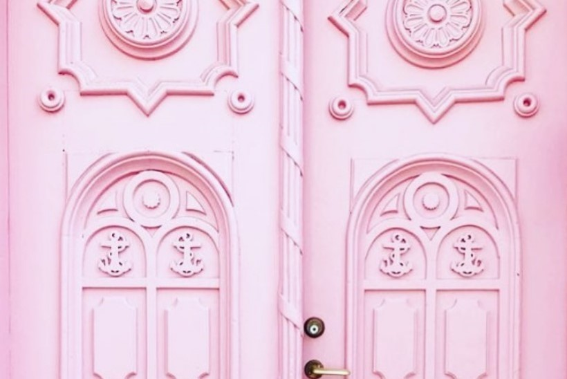 VIDEO | Hanna-Liina Võsa muusikakooli roosa uks rokib sotsiaalmeedias, kuid rikub seadust