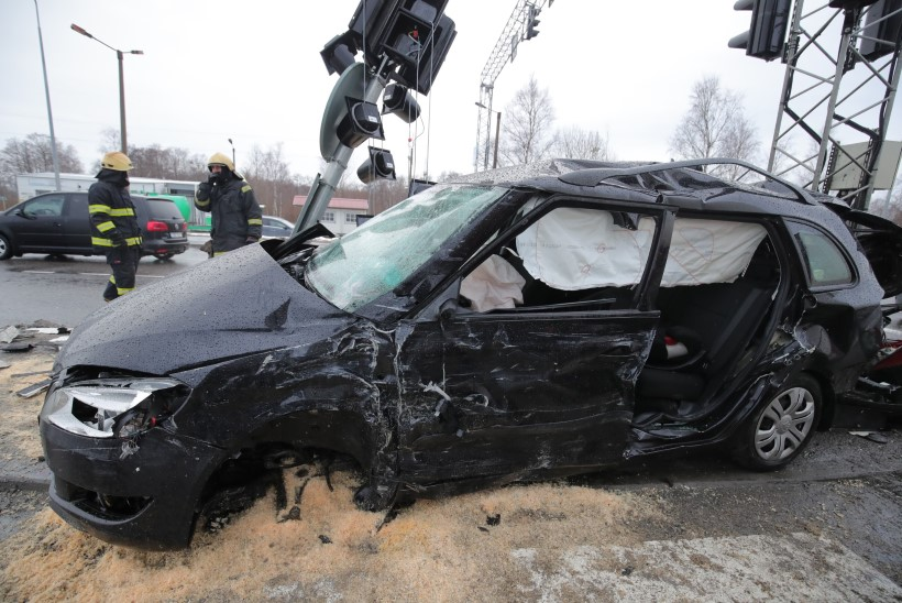 FOTOD   Veokiga kokku põrganud Škoda juht lõigati autost välja