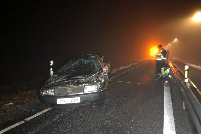 FOTOD   Mööduja leidis üle katuse rullunud auto, milles oli tõsiselt vigastatud juht