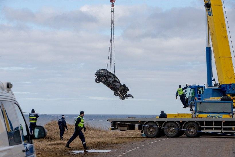 VIDEOD JA FOTOD | PAKRIS SÕITIS AUTO PANKRANNIKULT MERRE: tuukrid ei leidnud autost kedagi
