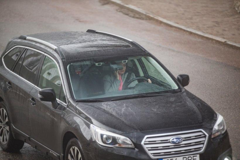 Politsei uurib asja: miks riigikogulased roolis mobiiliga lobisesid