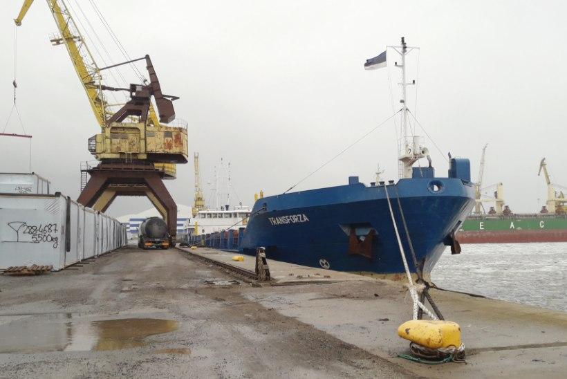 Fotod: Madalikult päästetud laev läks remonti