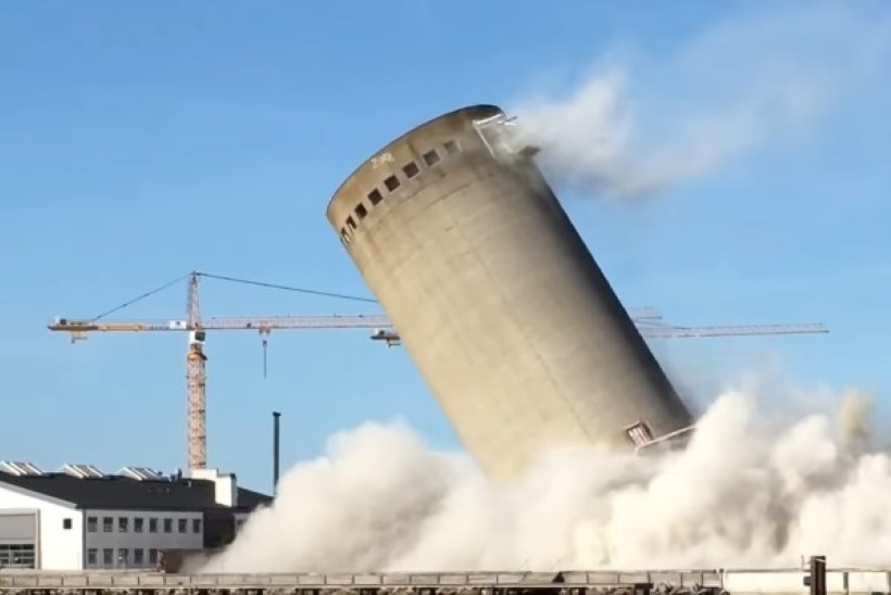 VIDEO | Taanis õhitud silotorn kukkus valele poole ja purustas kultuurikeskuse