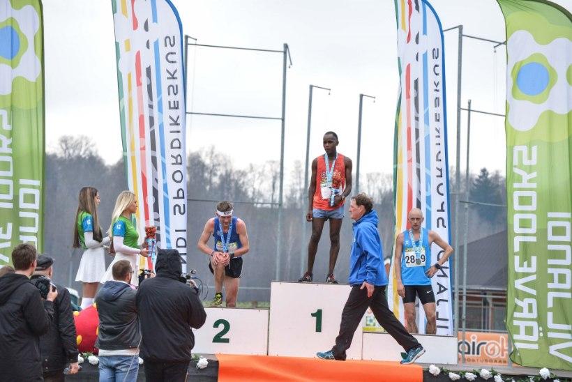 GALERII | Keenia jooksja kaitses Viljandi järvejooksul esikohta. Naiste võit läks 13aastasele neiule