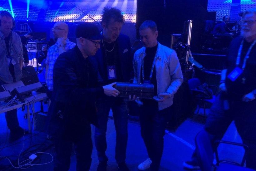 FOTOD | Altkäemaks? Mart Normet kinkis Eurovisioni bossidele kullakirstu