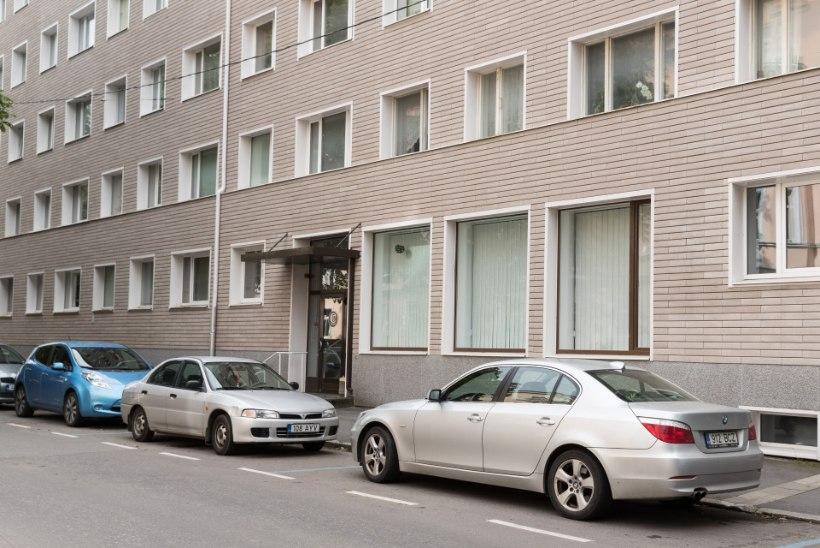 Tallinnas pussitas jalakäija vastassuunavööndis sõitnud autojuhti