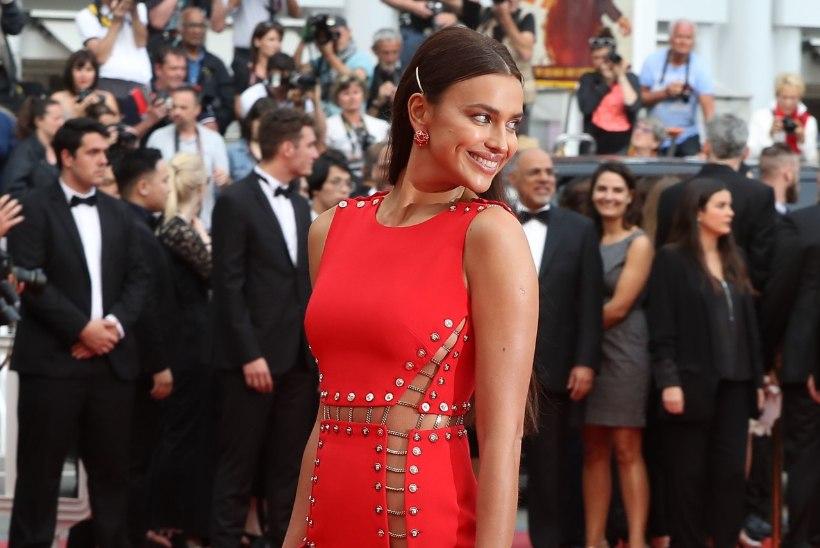 Seksikas modell poseeris Cannes'i punavaibal ilmselgelt püksata