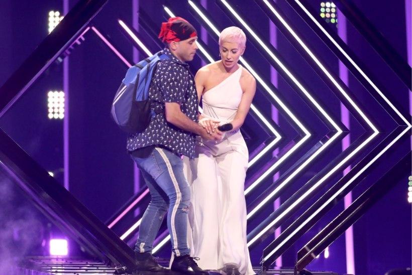 VIDEO JA FOTOD | Suurbritannia esituse ajal jooksis lavale mees, kes lauljalt mikri krabas ja sinna karjus, lauljatar loobus uuesti esinemise võimalusest
