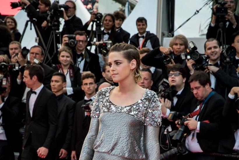 Kristen Stewart viskas Cannes'i punavaibal kingad jalast