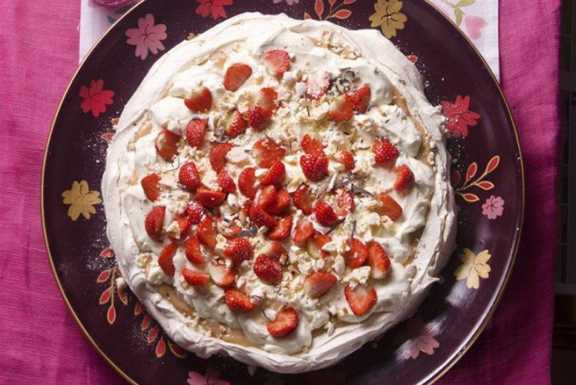 Pavlova rabarberikreemi ja maasikatega