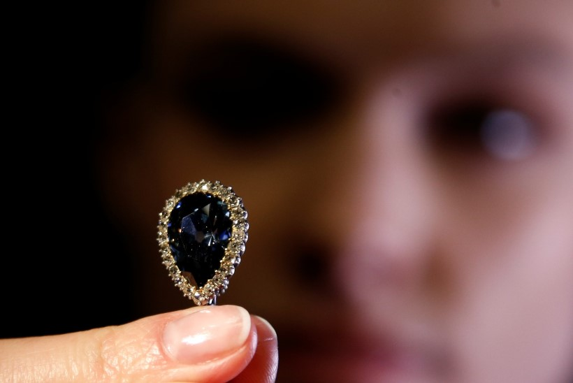 Genfi oksjonil müüdi haruldane aadlisuguvõsadele kuulunud sinine briljant