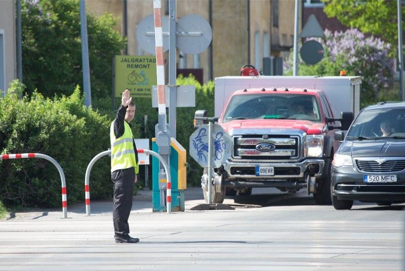 GALERII | Raudteeületus Tartu moodi: tõkkepuu asemel turvamees