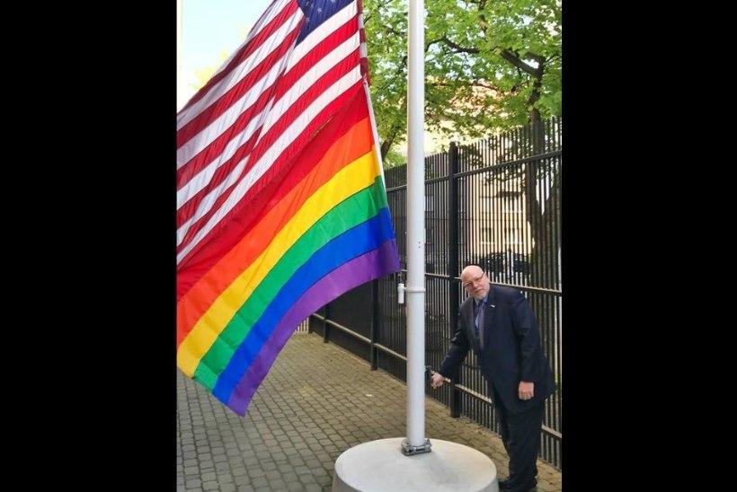 FOTOUUDIS | Miks lehvib USA saatkonna õuel vikerkaarelipp?