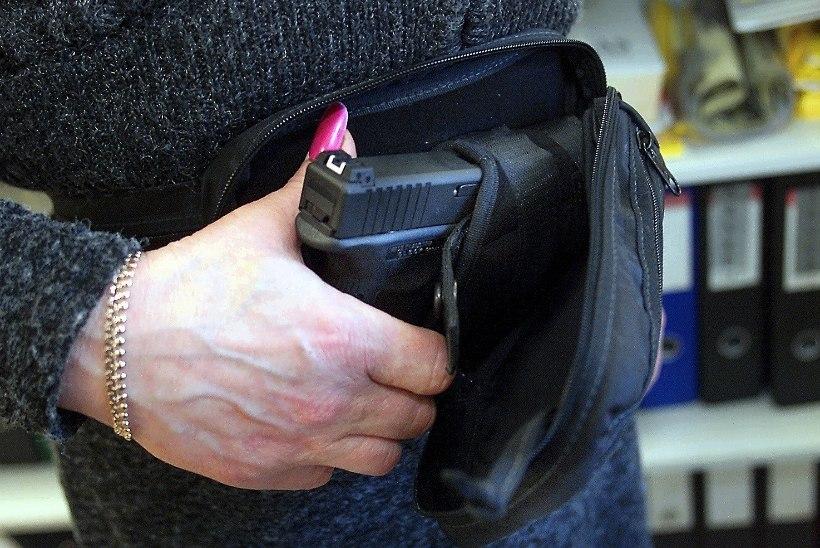 Kaitseministeeriumi töötajad saavad hoone kaitsmiseks relvad, kiivri ja kuulivesti
