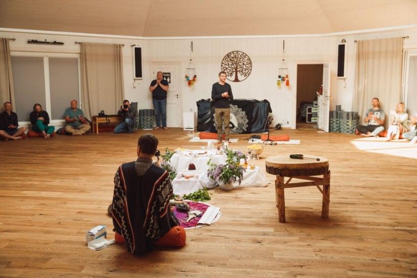 GALERII JA VIDEO | Urmas Sõõrumaa avas uue seminarihoone šamanistlike rituaalidega