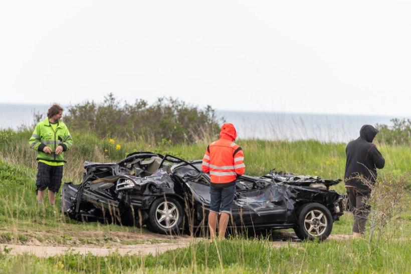GALERII ja VIDEO | Pakri poolsaarel tõmmati merest välja järsakust alla sõitnud auto
