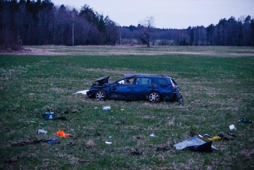 FOTOD ja VIDEO SÜNDMUSKOHALT | Harjumaal hukkus autoga teelt välja sõitnud mees