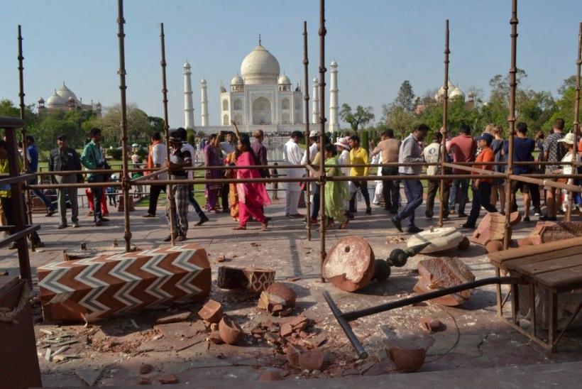 Valgest marmorist Taj Mahal on hakanud värvi muutma