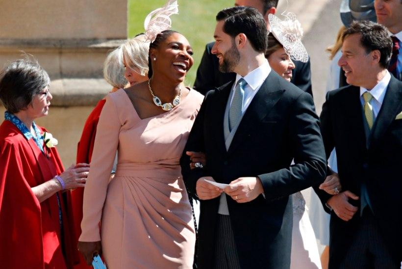 Kuninglikku pulma väisanud Serena Williams näitas joomismängus kõigile koha kätte