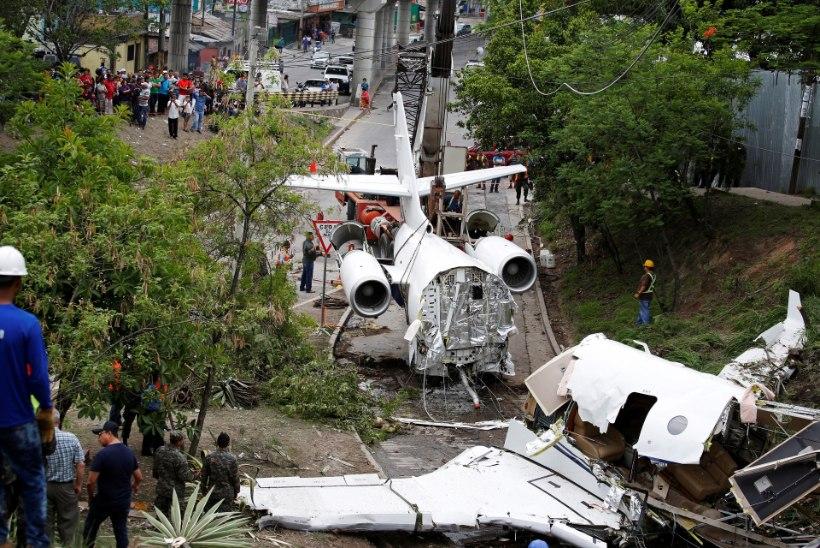 FOTOD | Hondurases maandunud lennuk purunes kaheks