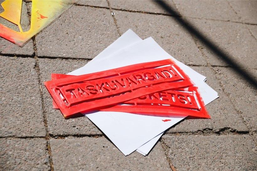 GALERII | Taskuvaraste hooaeg on alanud. Tallinna tänavatele maaliti hoiatused