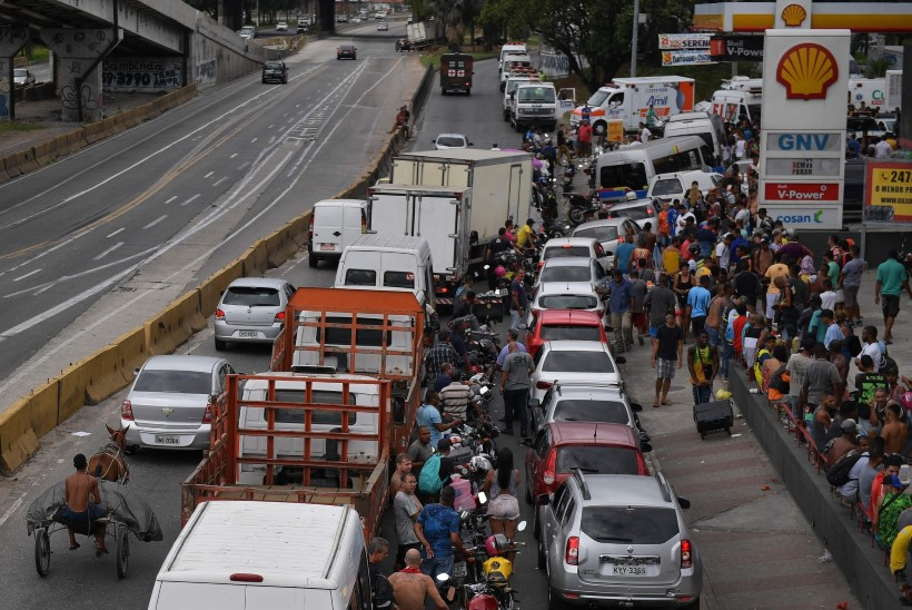 FOTOD | Veokijuhtide streik Brasiilias on halvanud liikluse ning poeriiulitel valitseb tühjus