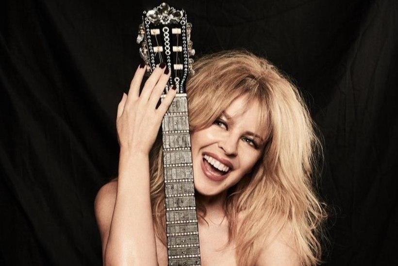 SEKSIKAS! Värskelt 50aastasel Kylie'l on ainsaks ihukatteks kitarr