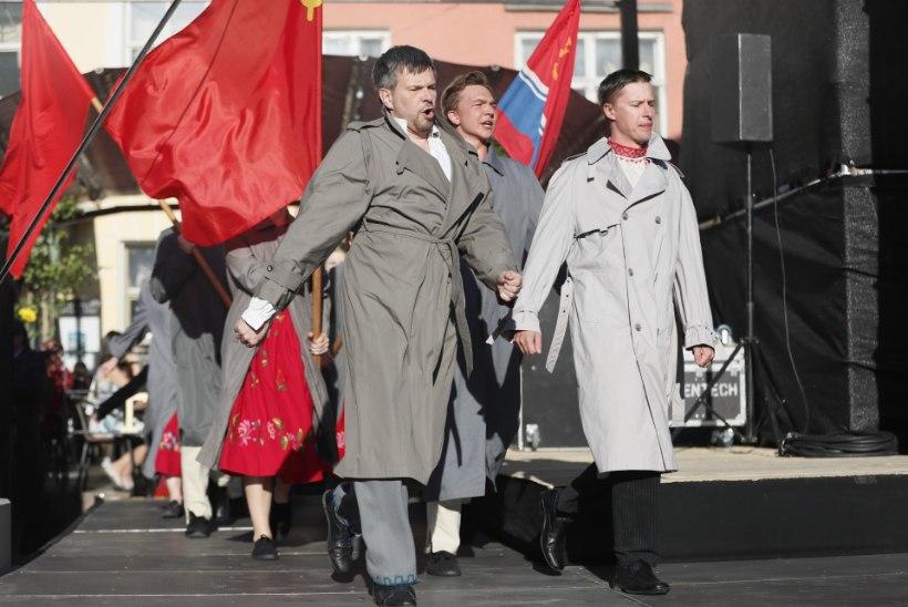 FOTOD  ja VIDEO | Tallinnas raekoja platsil lehvitati vanalinna päevade avakontserdi käigus punalippe
