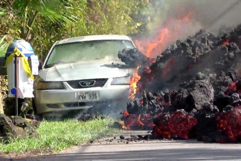VIDEO | Vaata, kuidas laava neelab tee äärde pargitud auto