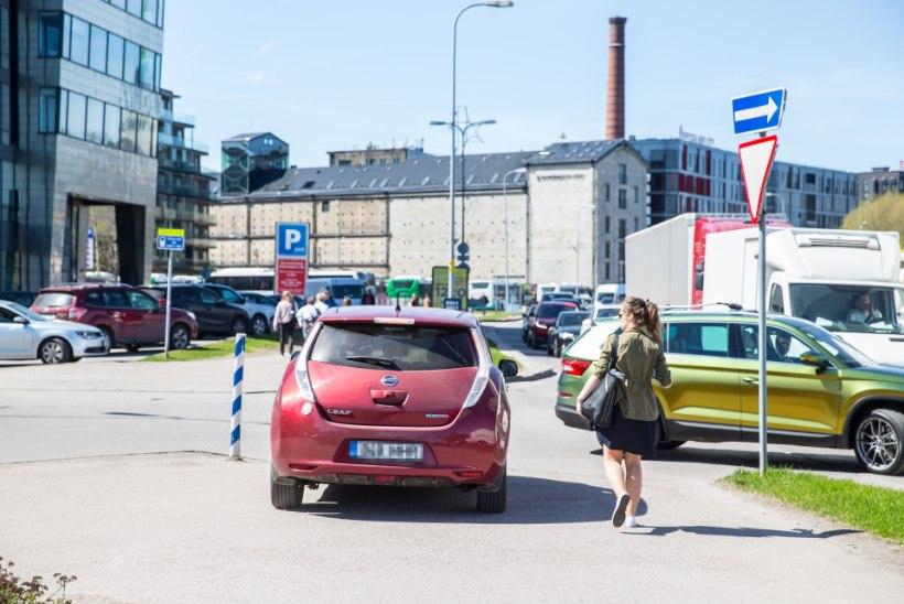GALERII | Tallinna kesklinnas ummikusse sattunud autojuht otsustas aja säästmiseks kõnniteel sõita