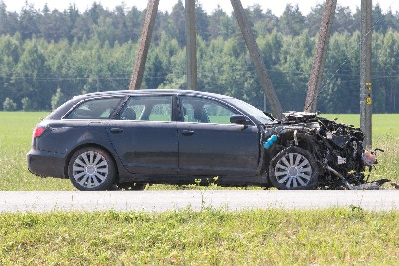 GALERII | Ettevaatamatult peateele sõitnud Audis hukkus kaassõitja