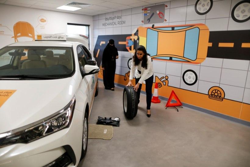 FOTOD | Saudi naised käivad enne tähtsat päeva usinalt autokoolis