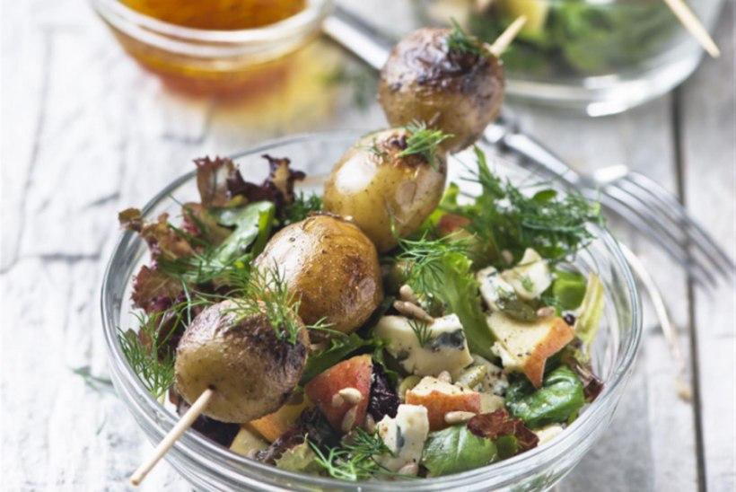 Grillitud värske kartul salatipadjal