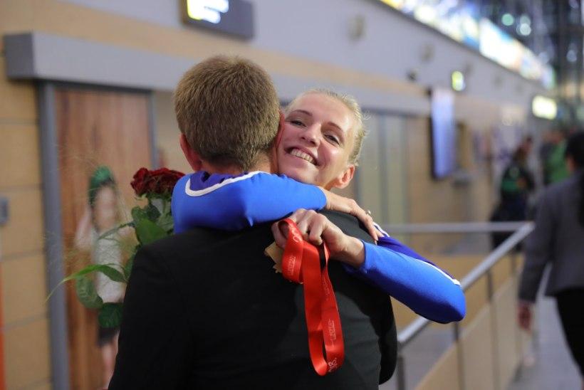 FOTOD | Palju lilli ja kallistusi! Lehis ja Novosjolov jõudsid kodumaale