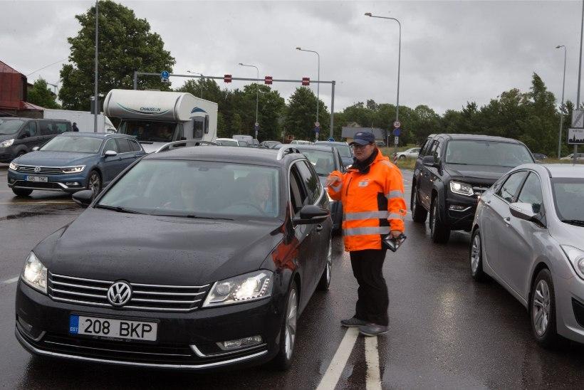 ÕL VIDEO ja GALERII | Kilomeetrises praamijärjekorras: Saaremaale sõitjaid ei heiduta väljamüüdud piletid ega ka koerailm