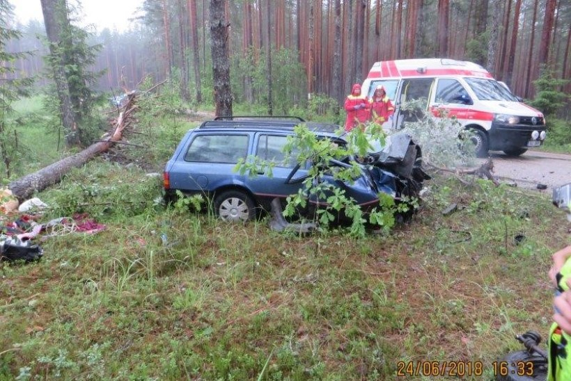 FOTOD   Võrumaal autoga vastu puud sõitnud noormees sai raskelt viga, turvavöö päästis tema elu
