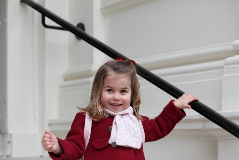 VIDEO   Armas hetk! Printsess Charlotte harjutab kuninglikku lehvitamist