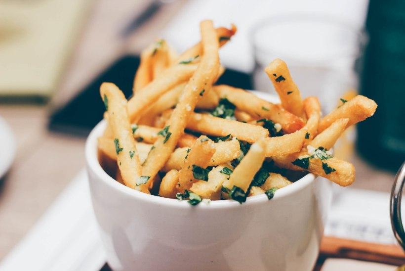 Ära lepi nätskete plönnidega: vaata, kuidas on kõige õigem friikartuleid üles soojendada