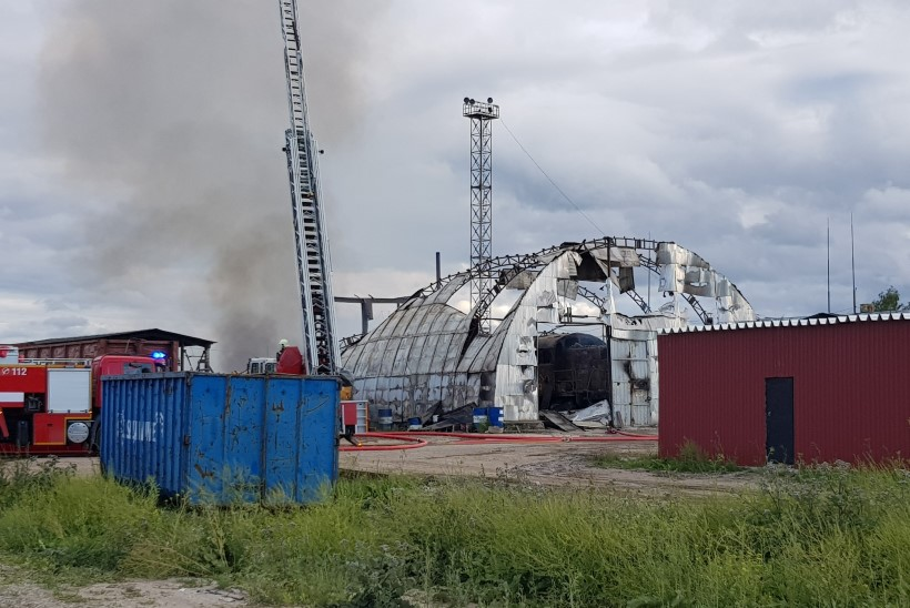 FOTOD | Kiviõlis põles maha angaar, kus asusid naftamahutid ja gaasiballoonid