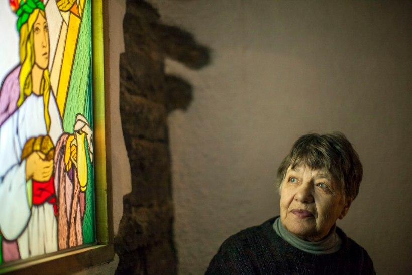 """Dokumentaalfilm """"Jagatud valgus"""" toob ETV eetrisse tuntud vitraažikunstniku Dolores Hoffmanni elu värvid"""
