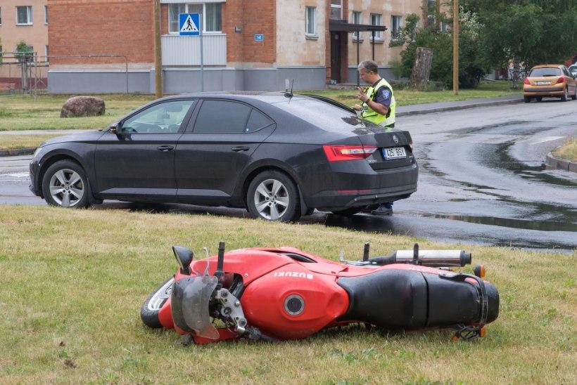 Politsei pani kihutanud mootorratturil käed raudu