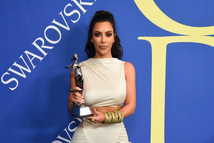 Kim Kardashiani šokeeris tähtsa moeauhinna võitmine