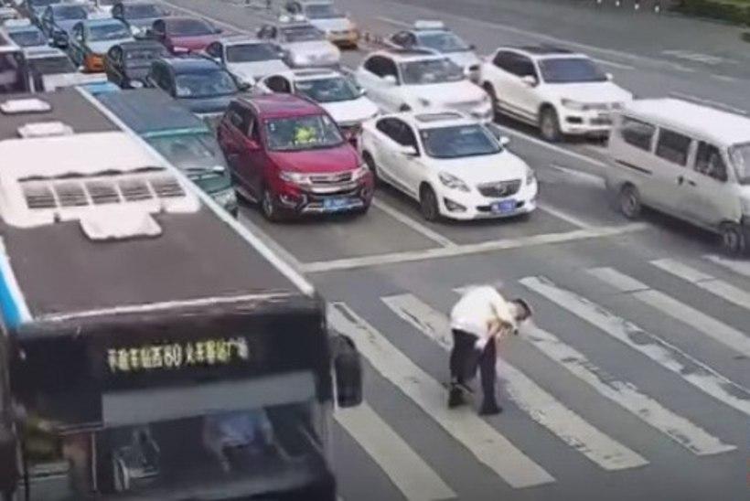 LIIGUTAV VIDEO | Politseinik kannab vanema härrasemehe üle tee