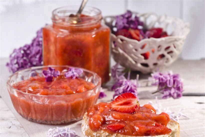 Rabarberi-banaanimoos maasikatega