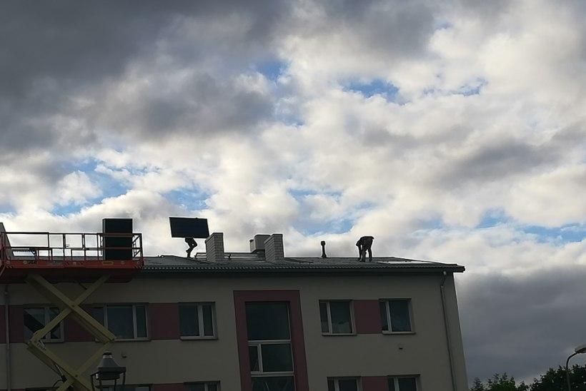 VIDEOD JA FOTOD | Hulljulged katusepanijad töötasid neljakorruselise maja katusel ilma turvavarustuseta