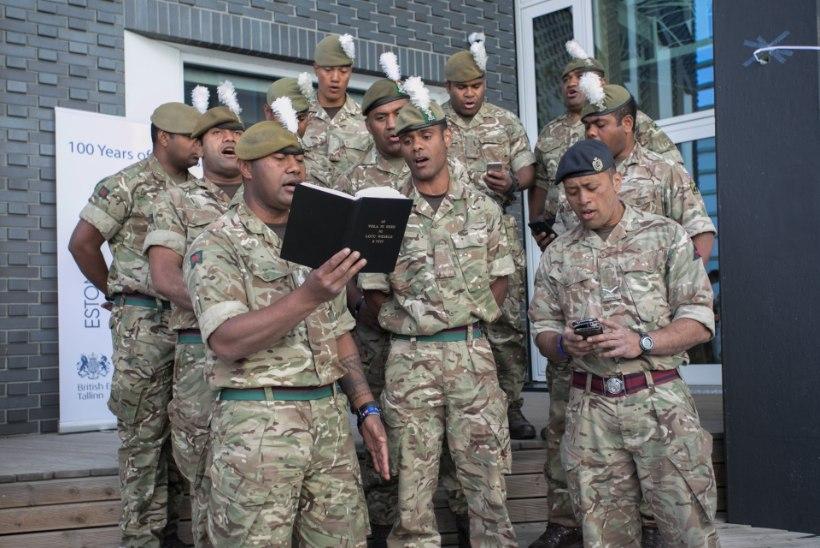 GALERII | Fidžilt pärit Briti sõdurid rõõmustasid rakverelasi lauluga