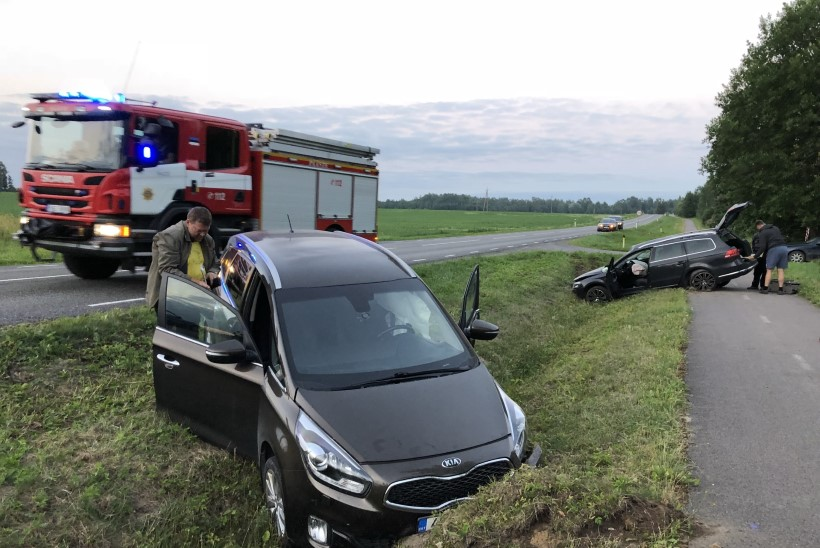 FOTOD | Üheaegne möödasõit ja vasakpööre viisid Järvamaal kaks autot kraavi