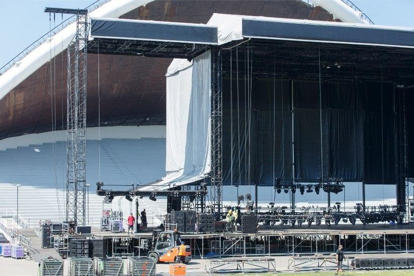 GALERII JA VIDEO | Guns N' Roses'i lava jõudis Tallinna 36 veoautoga ning seda ehitab 250 inimest