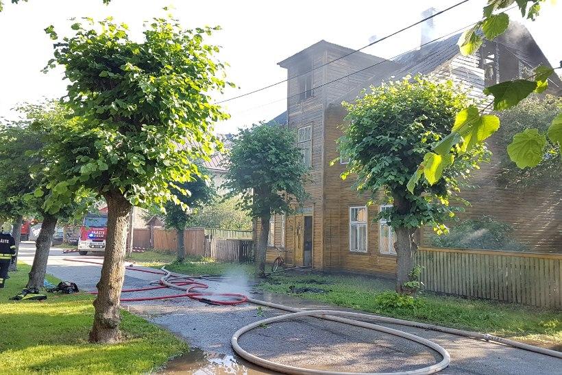 GALERII   Bensiin pööningul: Karlova puumaja läks pauguga põlema